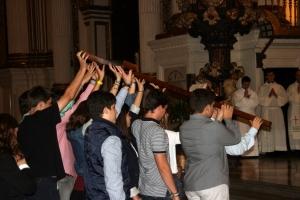 Jóvenes portando la Cruz