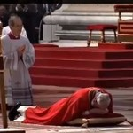 La tradicional postración del Papa fue uno de los momentos más emotivos de los oficios del día.