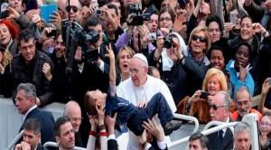 El Papa Francisco cercano a la gente y al necesitado