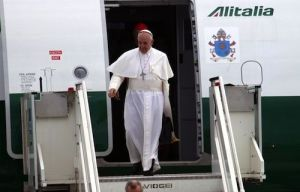 Pope_Francis_disembarks_from_the_airplane_after_his_flight_from_Rio_de_Janeiro_ANSATELENEWSCNA