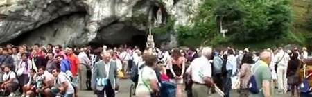 Millones de peregrinos visitan la gruta de las apariciones cada año