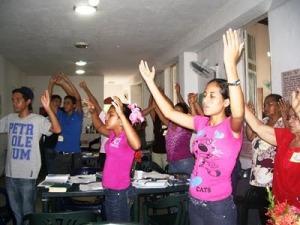 Oración de alabanza cantando y alzando las manos