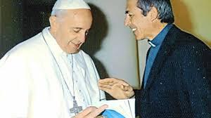 El P. Adrián Santarelli regala al Papa Francisco su librito sobre imposición de manos