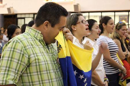 Emigrantes venezolanos rezan y lloran en una Misa por la paz en su país