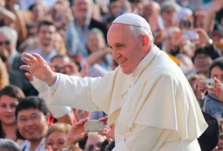 El Papa Franscisco saluda a la gente en la Plaza de San Pedro