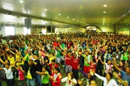 Asamblea carismática: Cantos populares, manos alzadas, alabanzas, canto en lenguas, danzas, palmas...