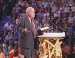 El líder laico carismático Pepe Prado, mexicano, predicando en una asablea carismática