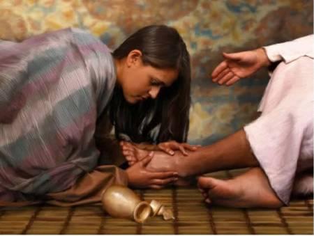 María tomó una libra de perfume de nardo, auténtico y costoso, le ungió a Jesús los pies y se los enjugó con su cabellera