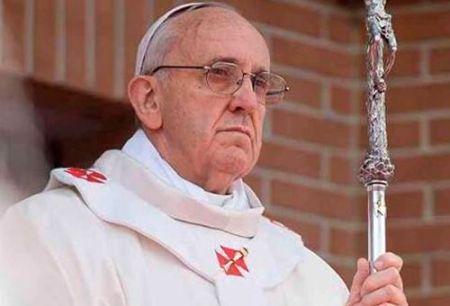 Papa Francisco, observador y gesto enérgico