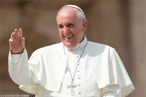 Papa saluda con afecto a la multitud