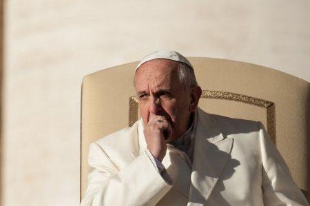 El Papa pensativo y preocupado por los jóvenes que no tienen trabajo