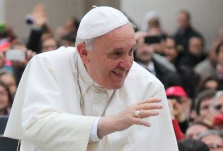 Papa Francisco saluda al pueblo en Plaza San Pedro