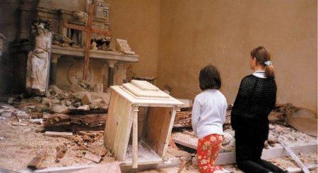 Niñas rezando en templo destrjuido