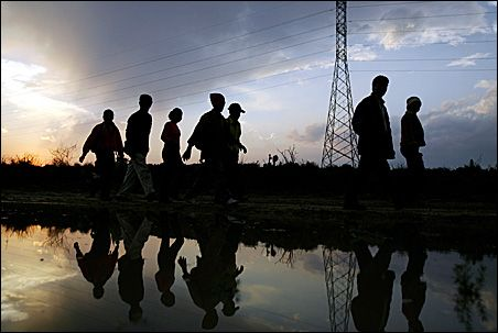 Mexico-inmigrantes-fila-noche