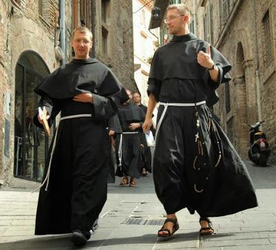 Dos jóvenes religiosos