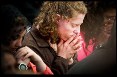 Madre reza con unción