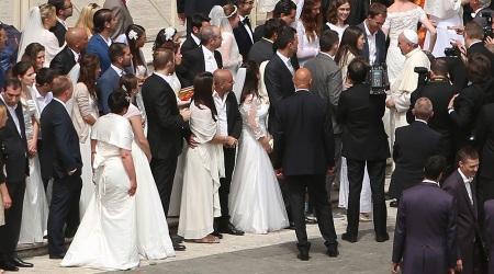 Papa Fco. con novios