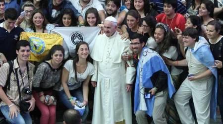 El Papa Francisco rodeado de jóvenes
