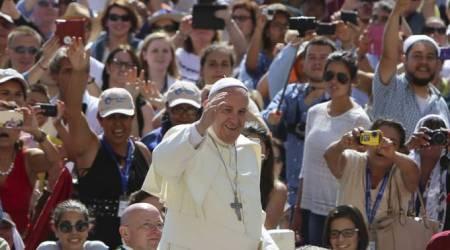 El Papa Francisco saluda