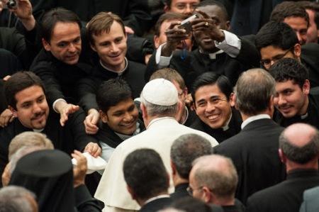 Papa con sacerdotes jóvenes