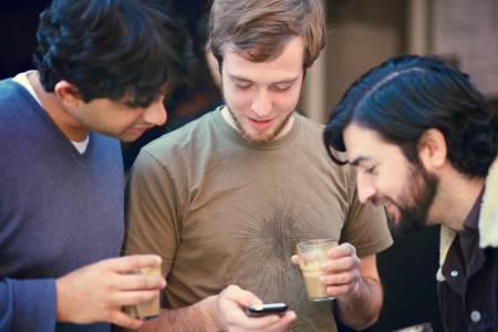 Tres jóvenes internautas