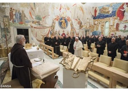 El Padre Raniero Cantalamessa predicando al Papa y a sus colaboradores